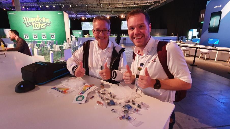 Jimmy en Robert met een voorraad sensoren